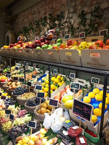 idee per arredare un negozio di frutta e verdura cliento