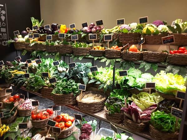Idee per arredare un negozio di frutta e verdura cliento for Arredamento ortofrutta in legno
