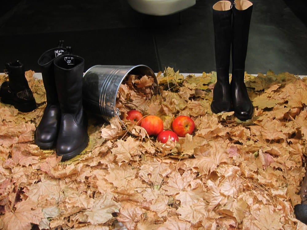 idee-vetrina-autunnale-mele-foglie-stivali