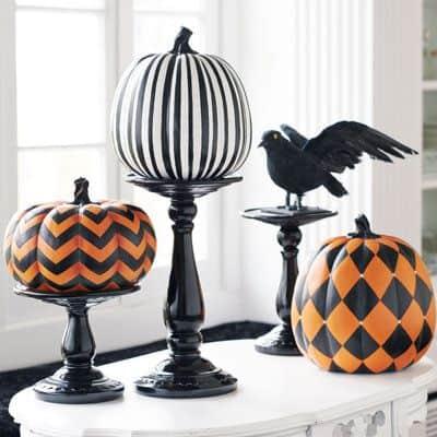 allestimento-vetrina-halloween-zucche-diverse-decorate