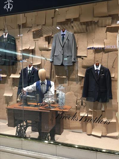 vetrina per abbigliamento uomo sartoriale Brooks Brothers