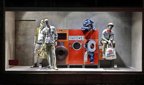 Vetrina abbigliamento uomo in lavanderia