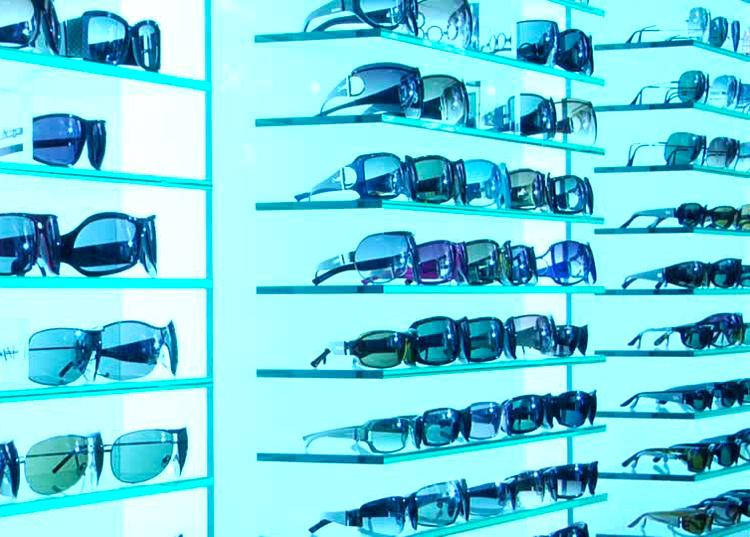 esposizione occhiali sfondo blu
