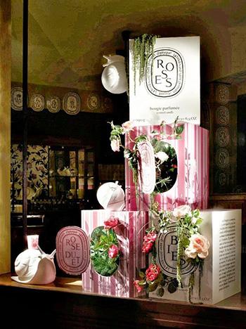 esempio di vetrina con confezioni e rose