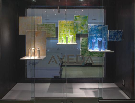 vetrina con prodotti divisi per linee