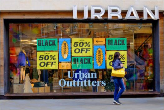 urban outfitters vetrina Black Friday