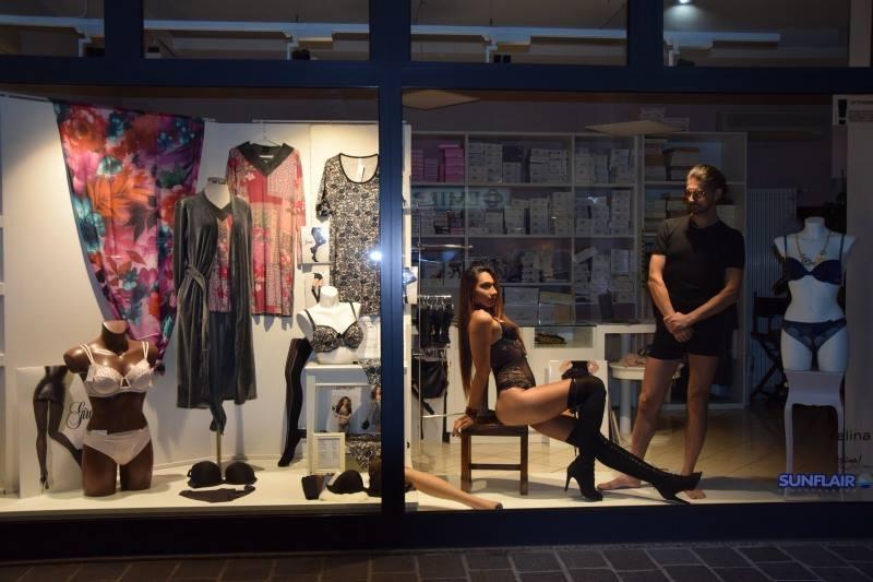 foto di vetrina vivente in negozio di intimo