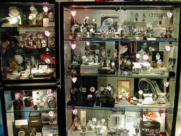 vetrina di una gioielleria/orologeria con troppi prodotti