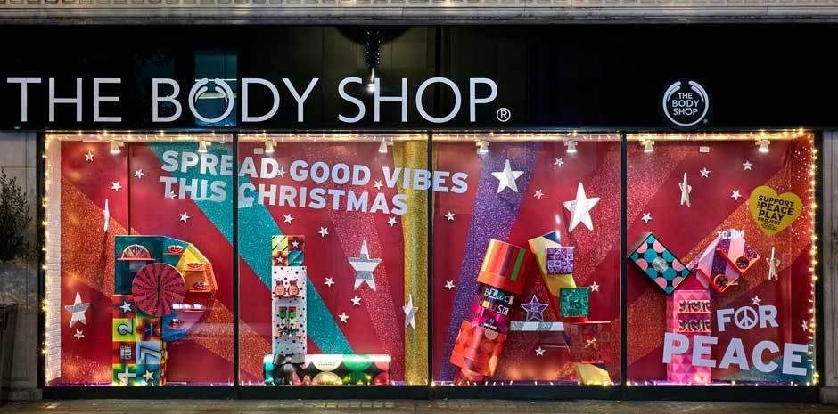Frasi per vetrine natalizie nel negozio The body shop